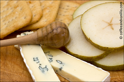 blue cheese pears crackers and honey snack