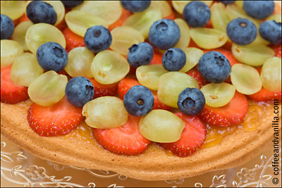 sponge cake with cream and fruits