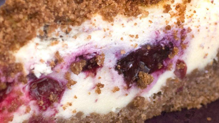 Blueberry & Chocolate Crumb Cheesecake – Sernik Czekoladowy z Jagodami