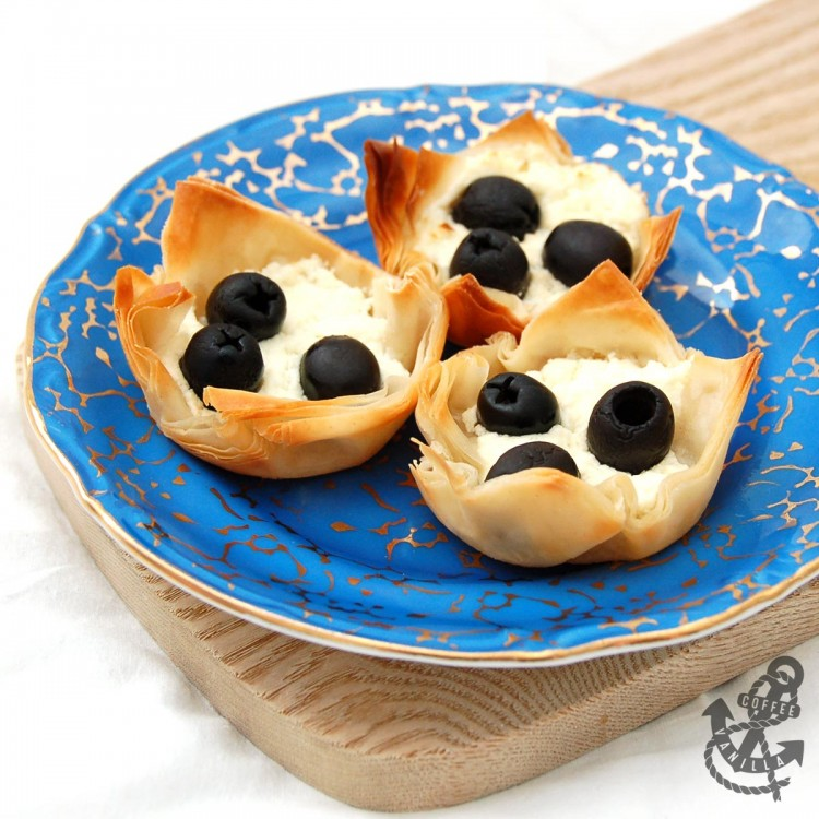 extremely easy, fast to prepare and very tasty little feta cheese pastries with black olives