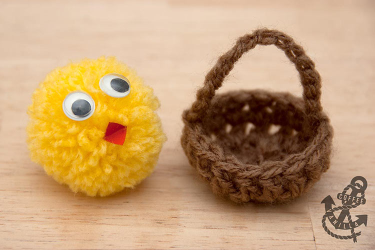 crochet miniature baskets with pompom chicks cute crafts for kids Spring holidays